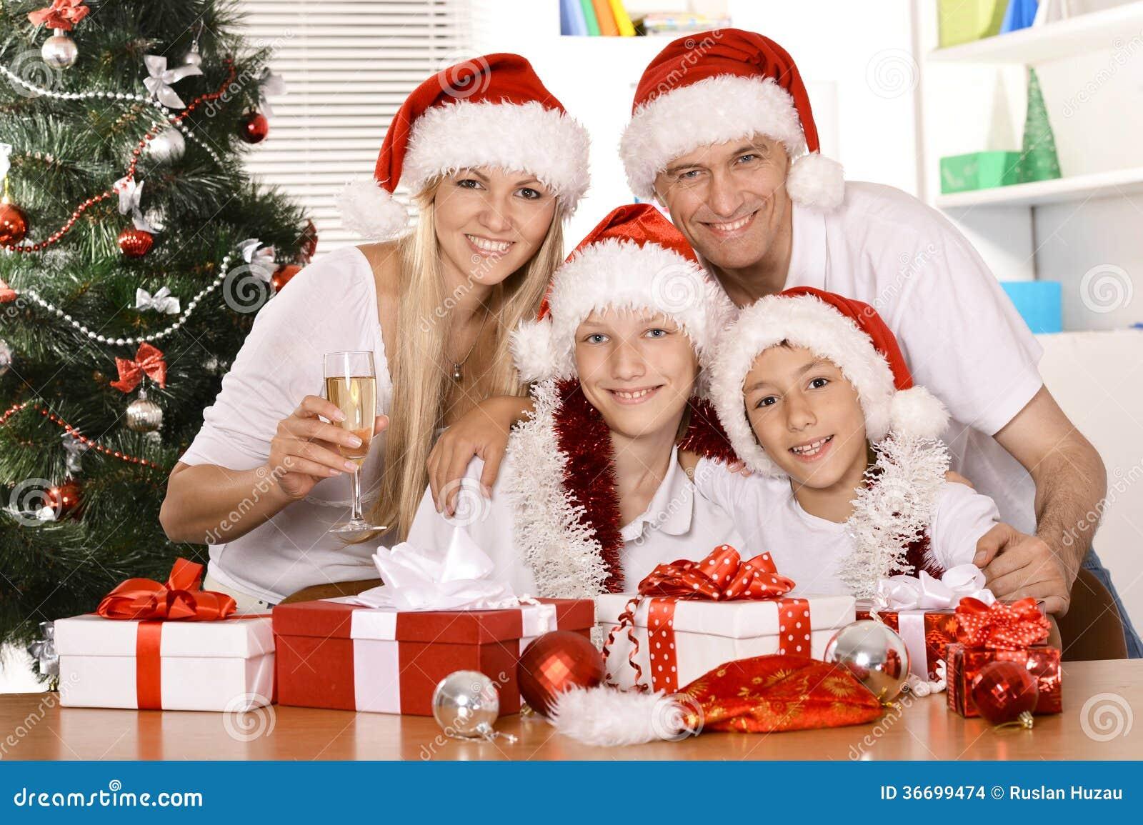 Familia Que Celebra Ano Nuevo Foto De Archivo Imagen De Holiday