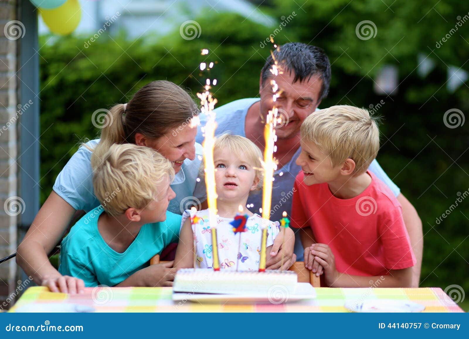 Familia que celebra de cumplea os de la hija dos a os foto - Cumpleanos dos anos ...