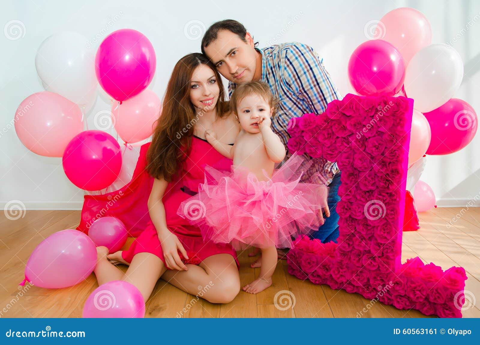 Familia que celebra el primer cumplea os de la hija del - Cumpleanos de bebes ...