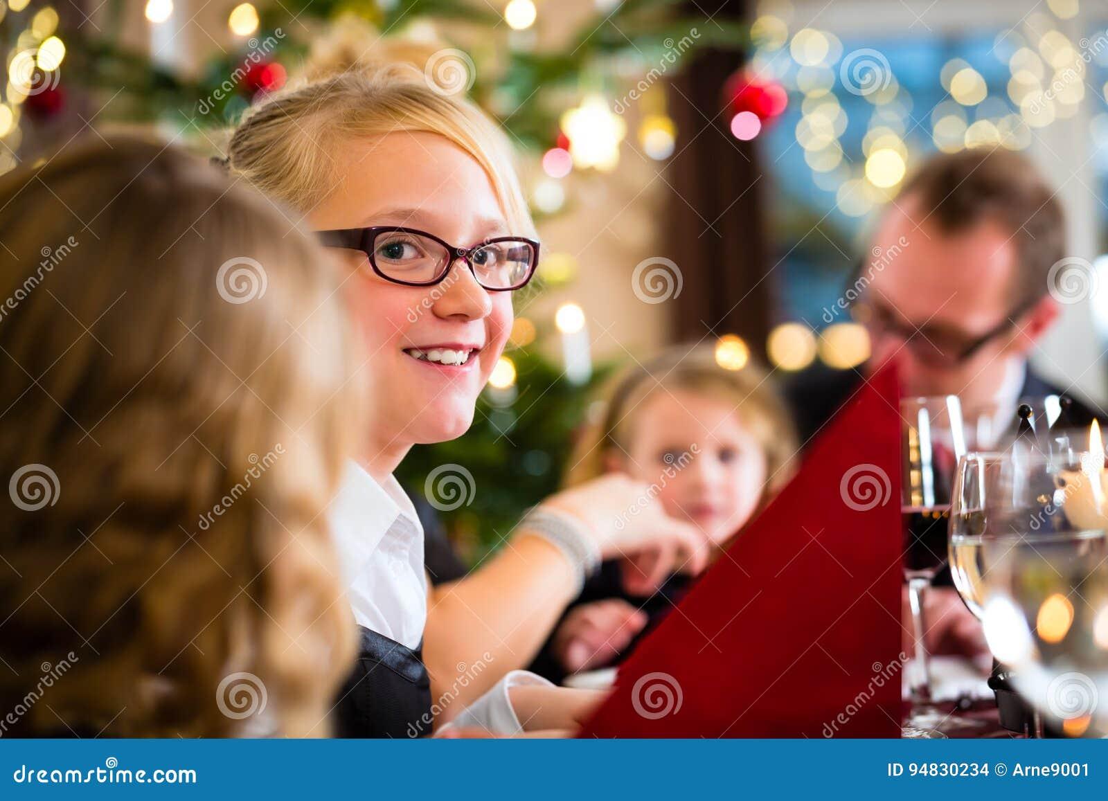 Familia que celebra la cena de la Navidad