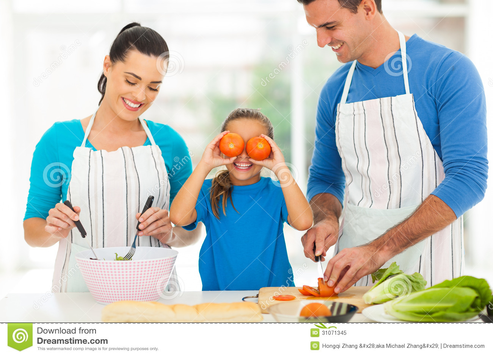 Familia que cocina la cocina