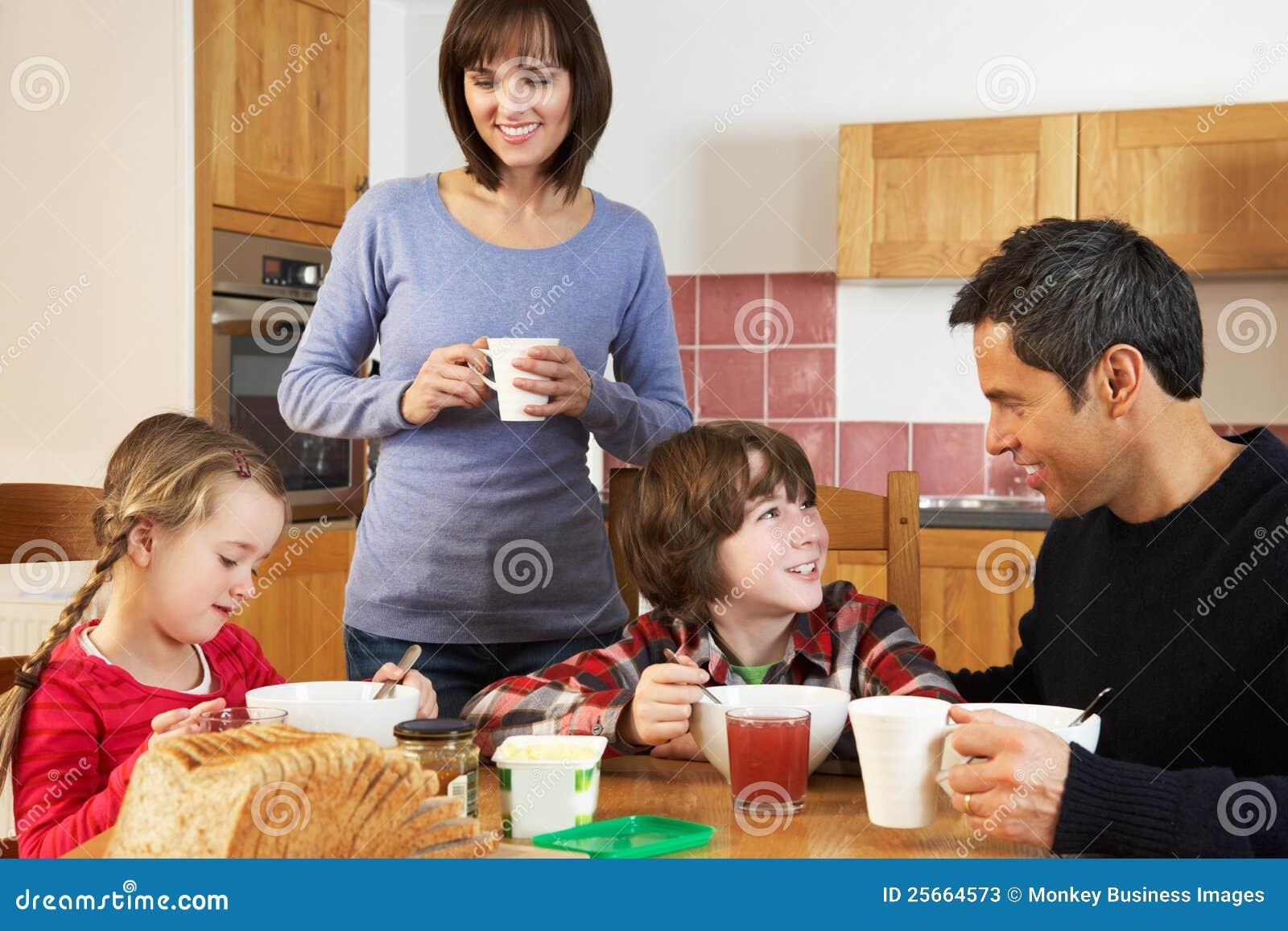 Familia que come el desayuno junto en cocina fotos de for Cocina en familia