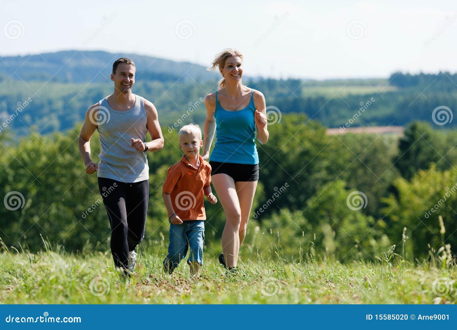 Familia que hace deportes - activando