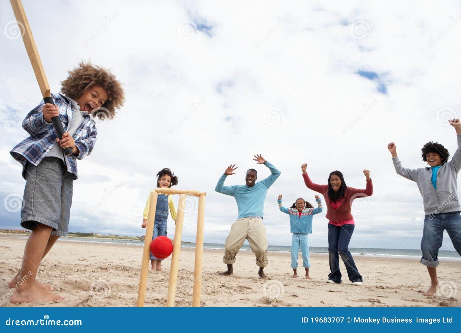 Familia que juega al grillo en la playa