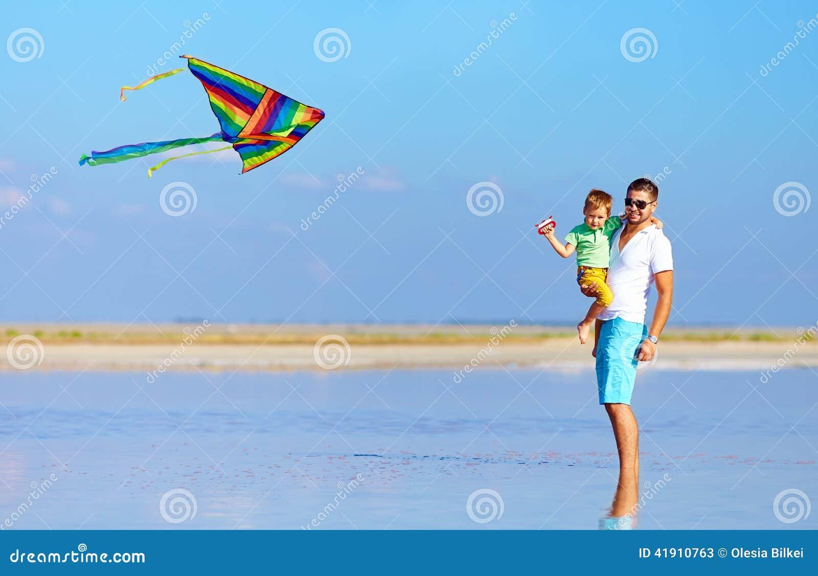 Familia que juega con la cometa, verano