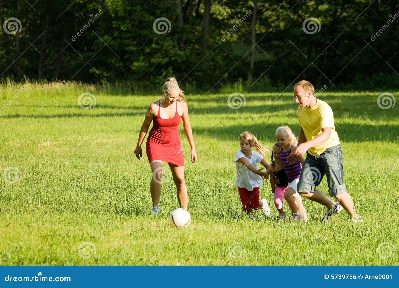 Familia que juega a fútbol