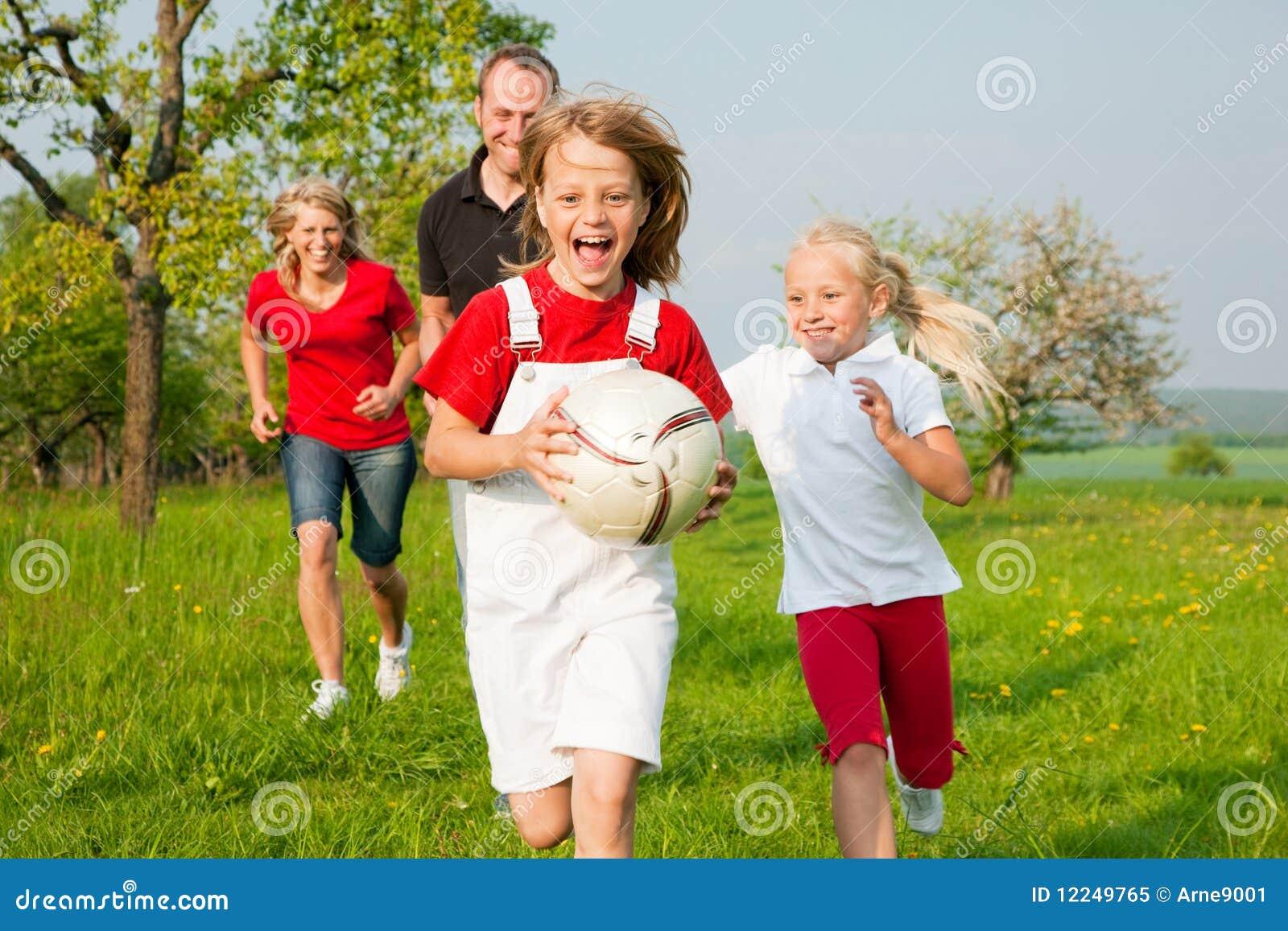 Familia que juega partidos