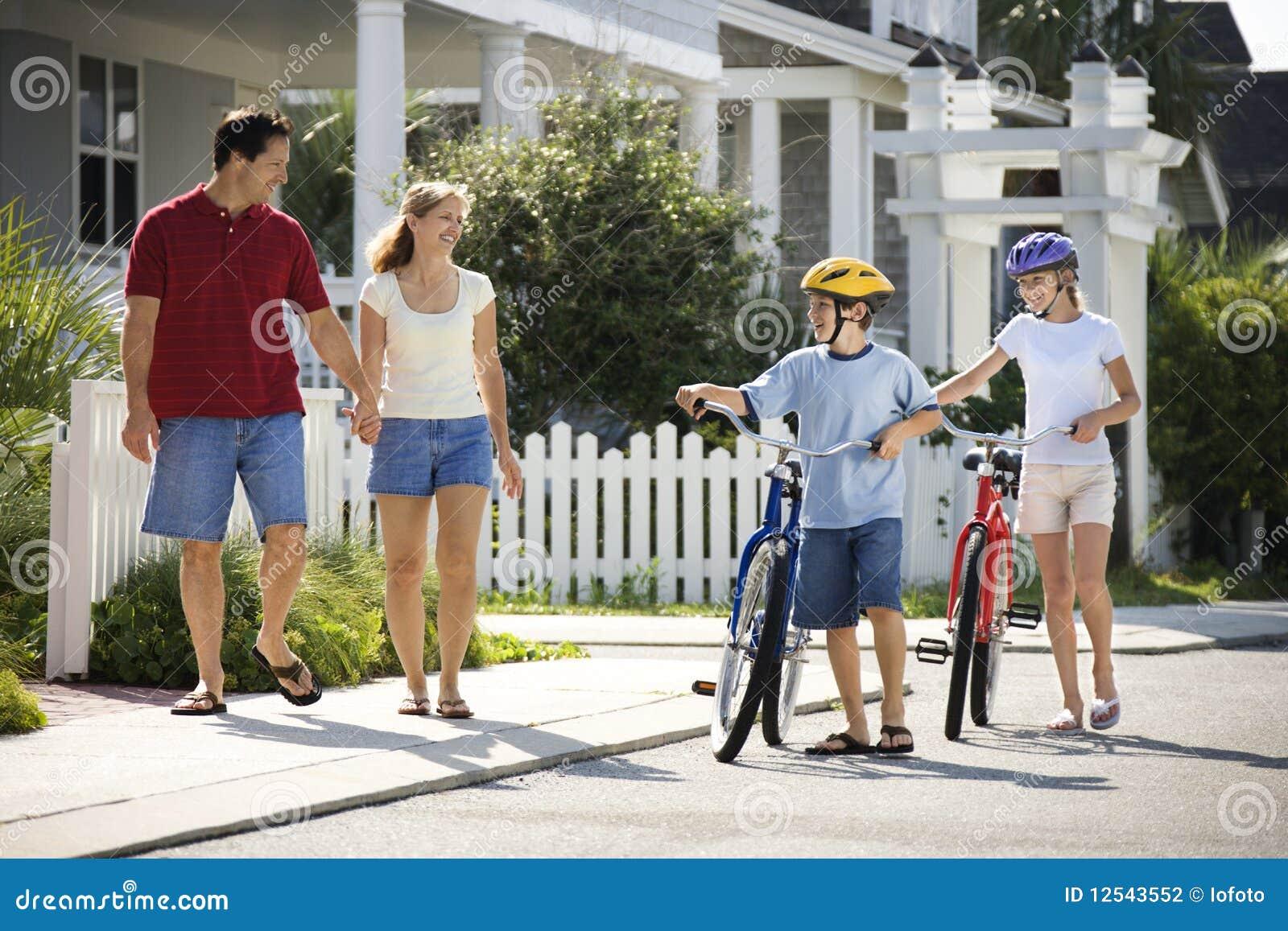 Familia que recorre con las bicicletas