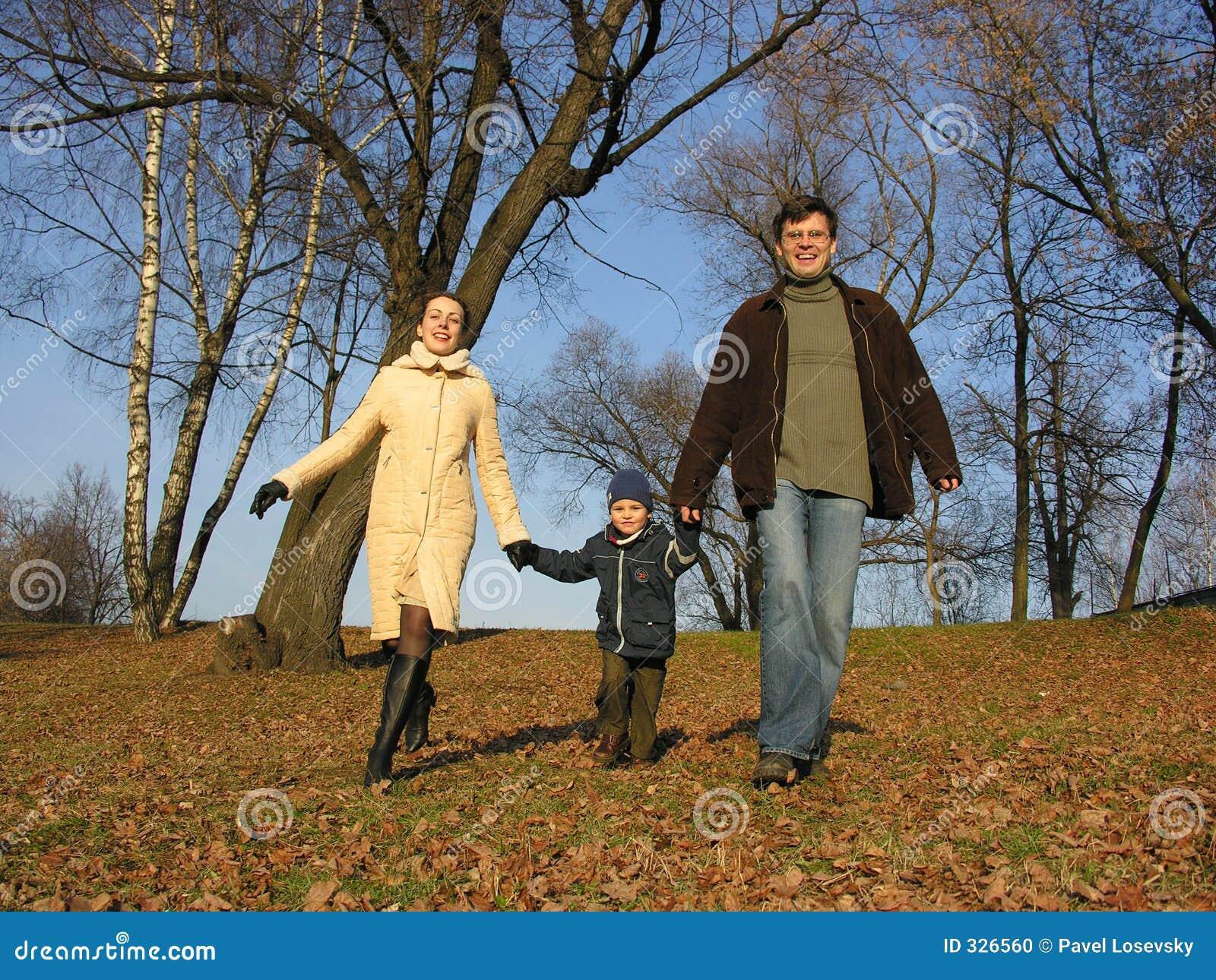Familia que recorre. madera.