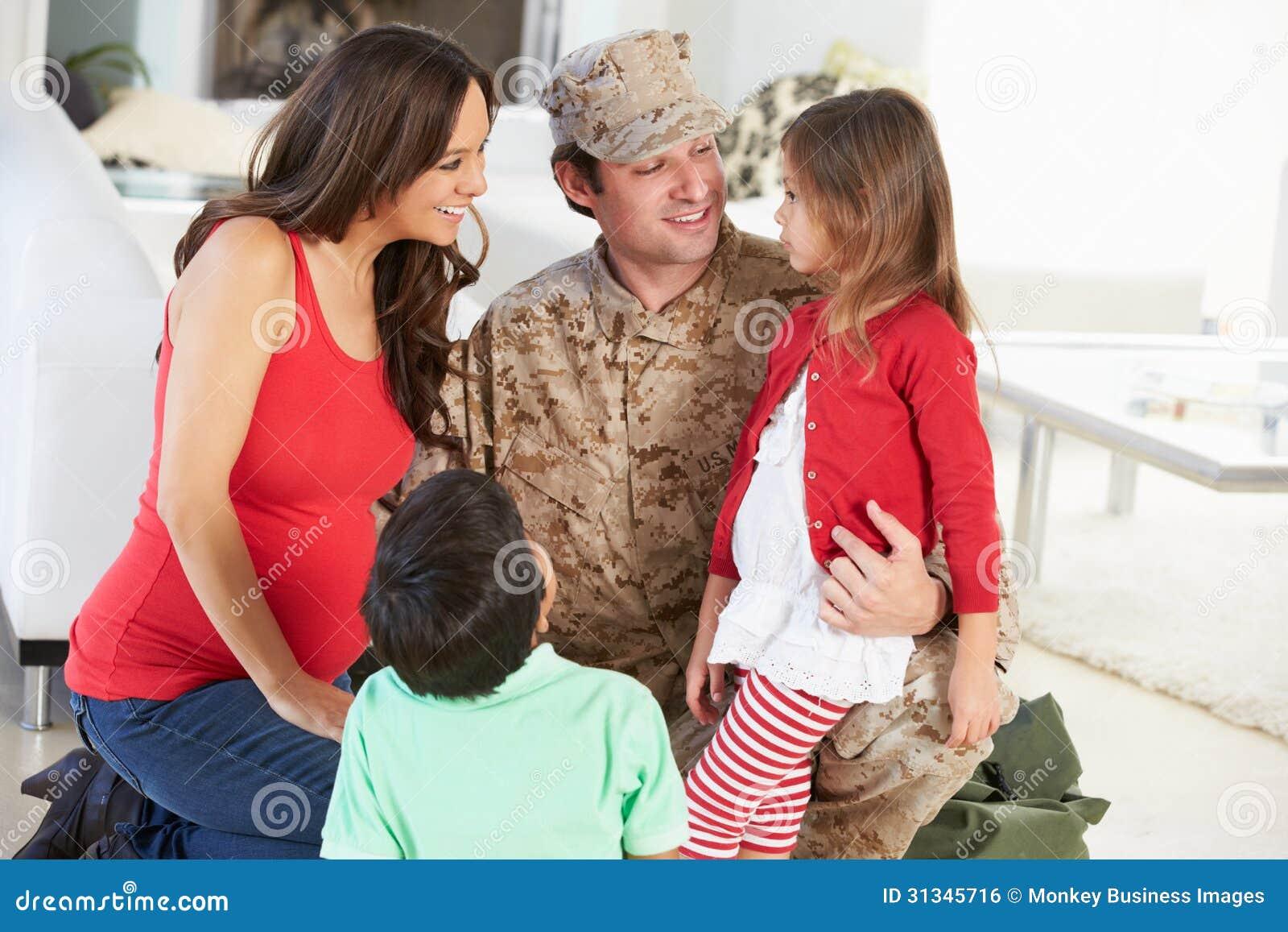 Familia que saluda al padre militar Home On Leave