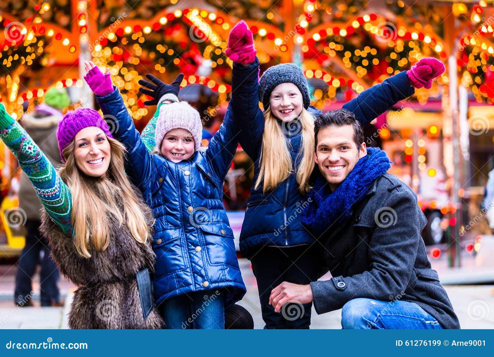 Familia que se divierte en mercado de la Navidad