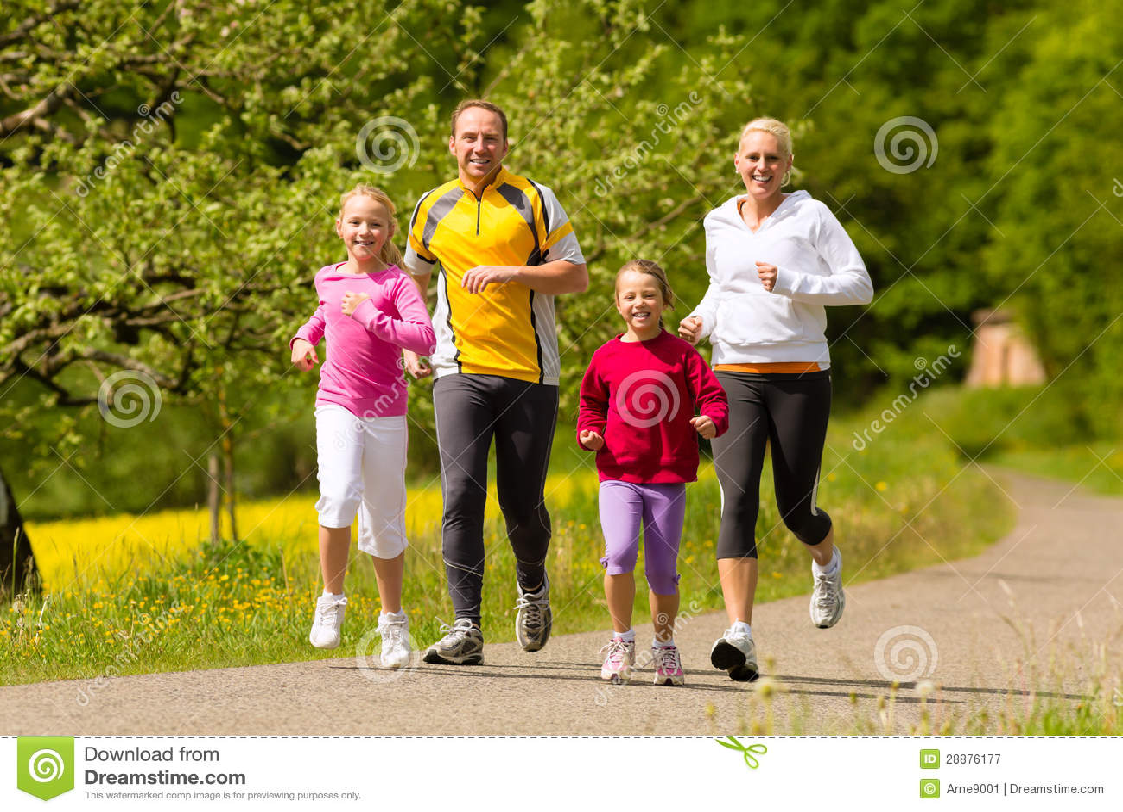 Familia que se ejecuta en el prado para el deporte