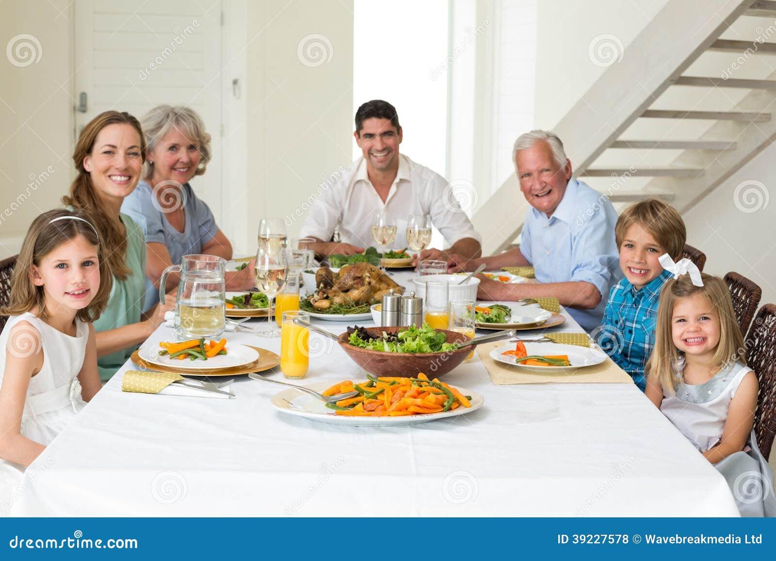 Familia que tiene comida junto en la mesa de comedor foto - El comedor de familia ...