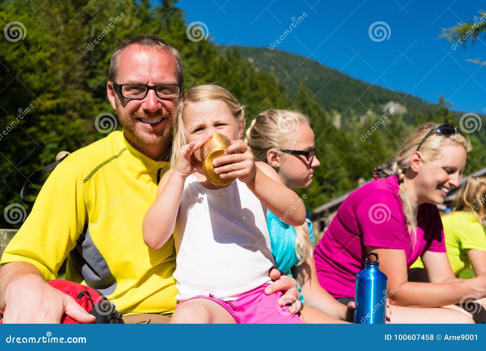 Familia que tiene rotura de caminar en las montañas