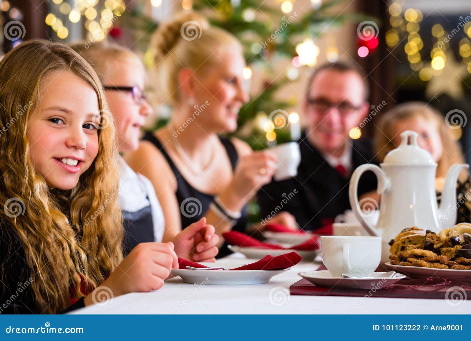 Familia que tiene tiempo tradicional del café de la Navidad