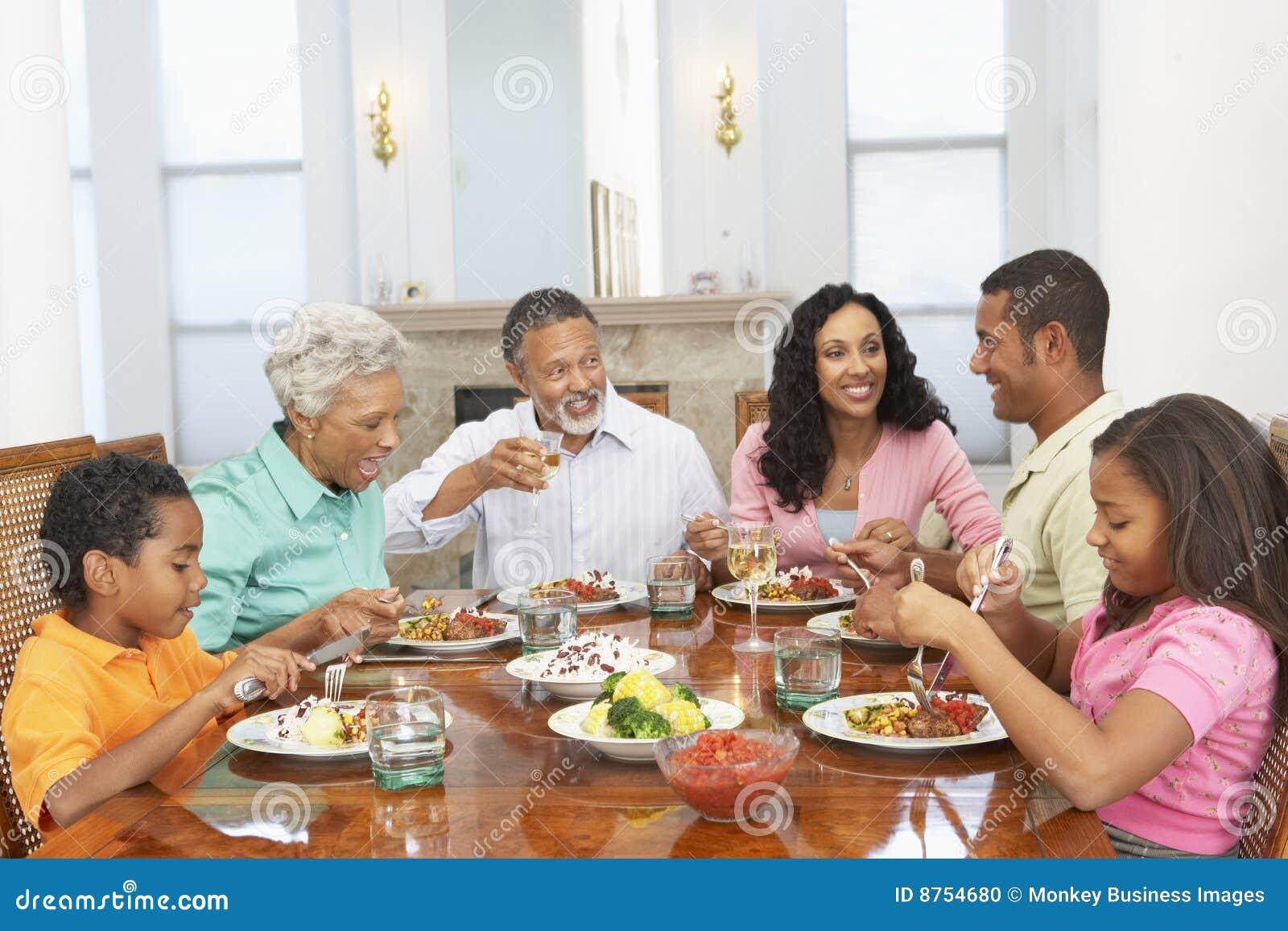 Familia que tiene una comida junto en el país