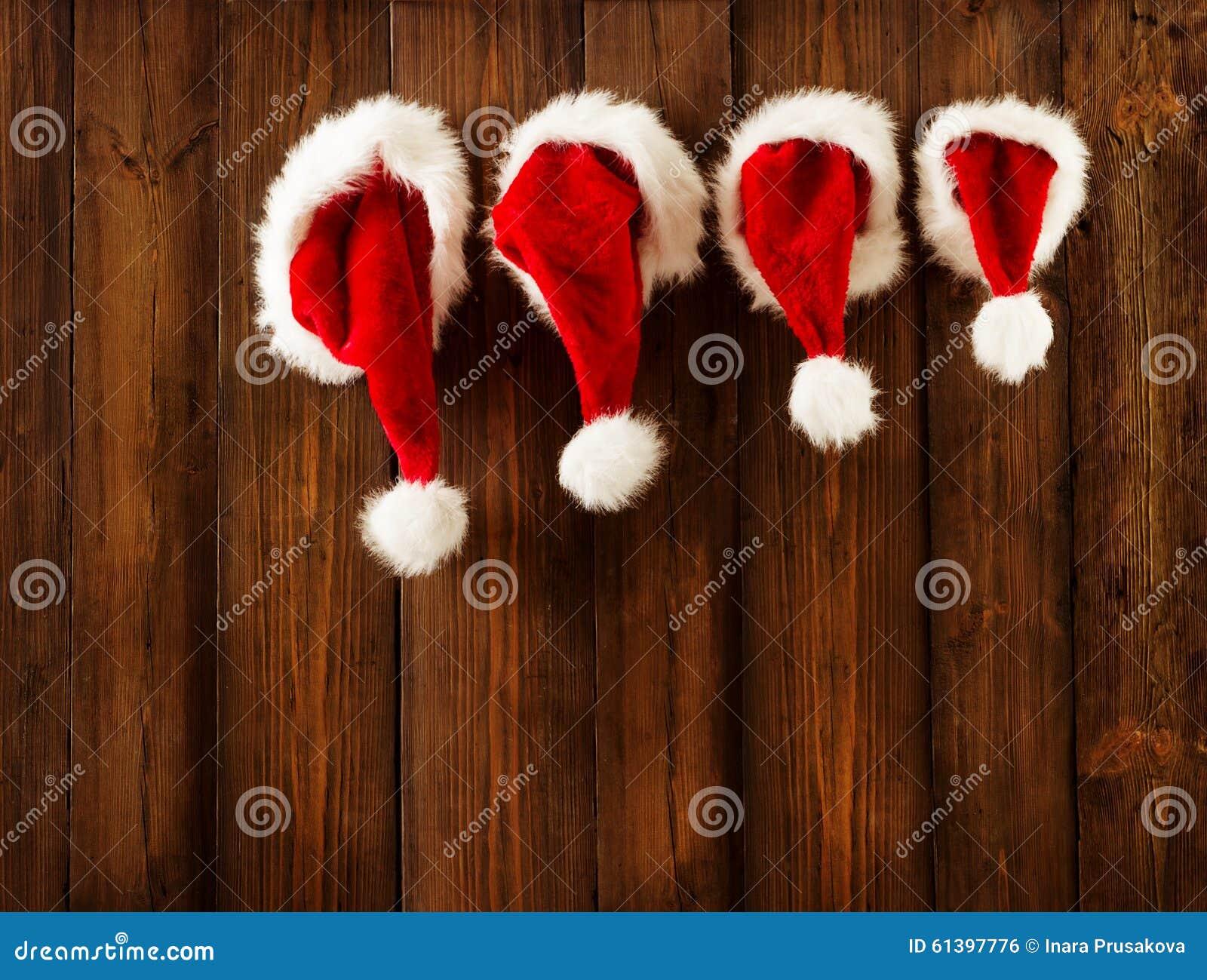 Familia Santa Claus Hats Hanging de la Navidad en la pared de madera, sombrero de Navidad