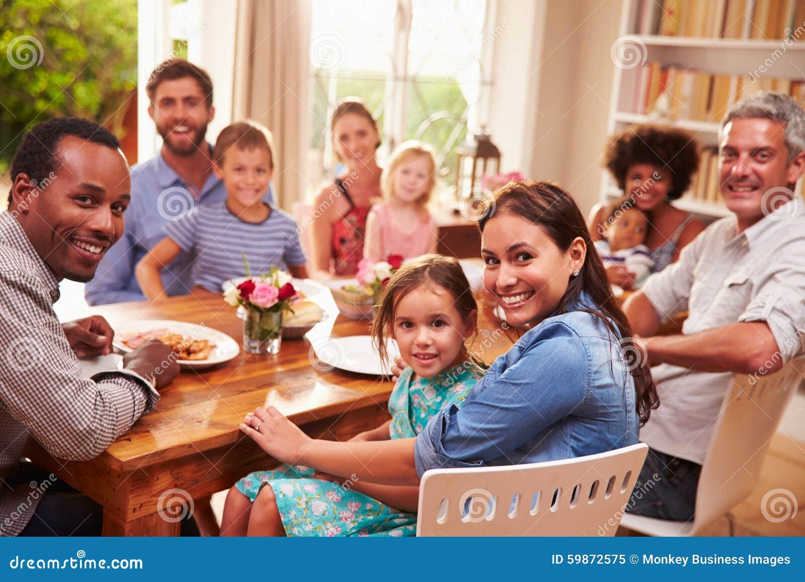 Familia y amigos que se sientan en una mesa de comedor - El comedor de familia ...