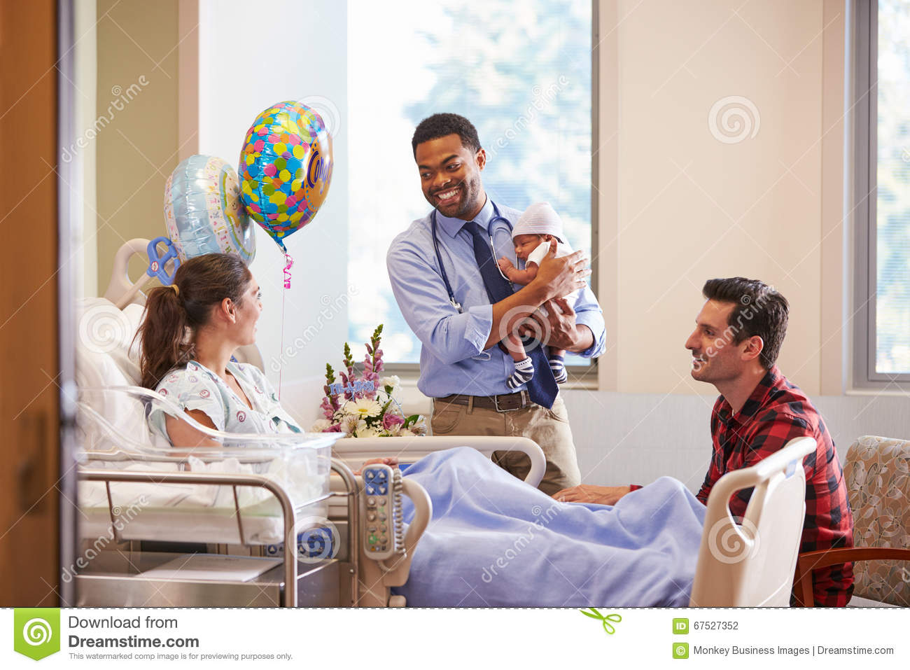 Familia y posts Natal Department del doctor With Baby In