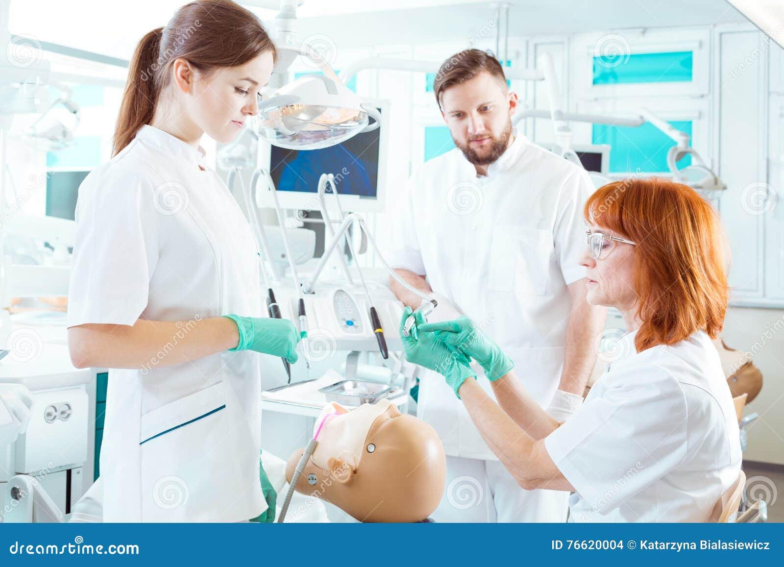 Familiarizzarsi con l uso degli strumenti dentari differenti