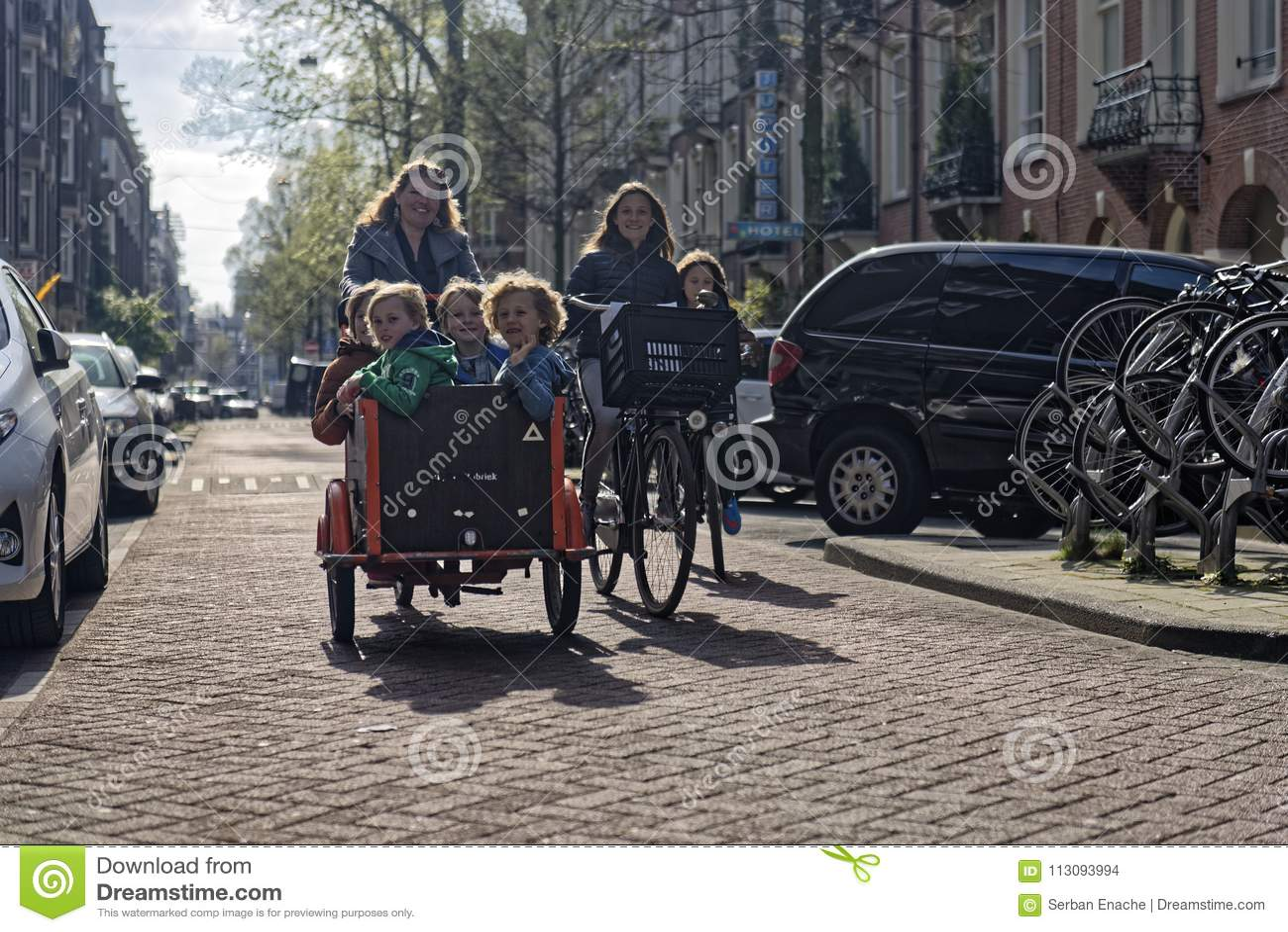 Familias en las bicis, Amsterdam, Holanda