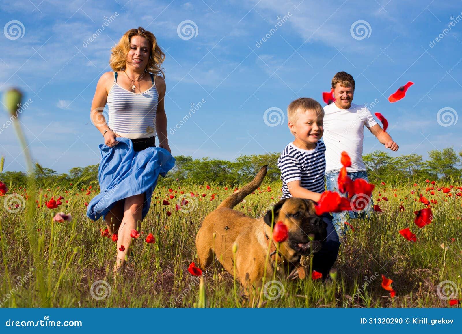 Familie auf der Mohnblumenwiese
