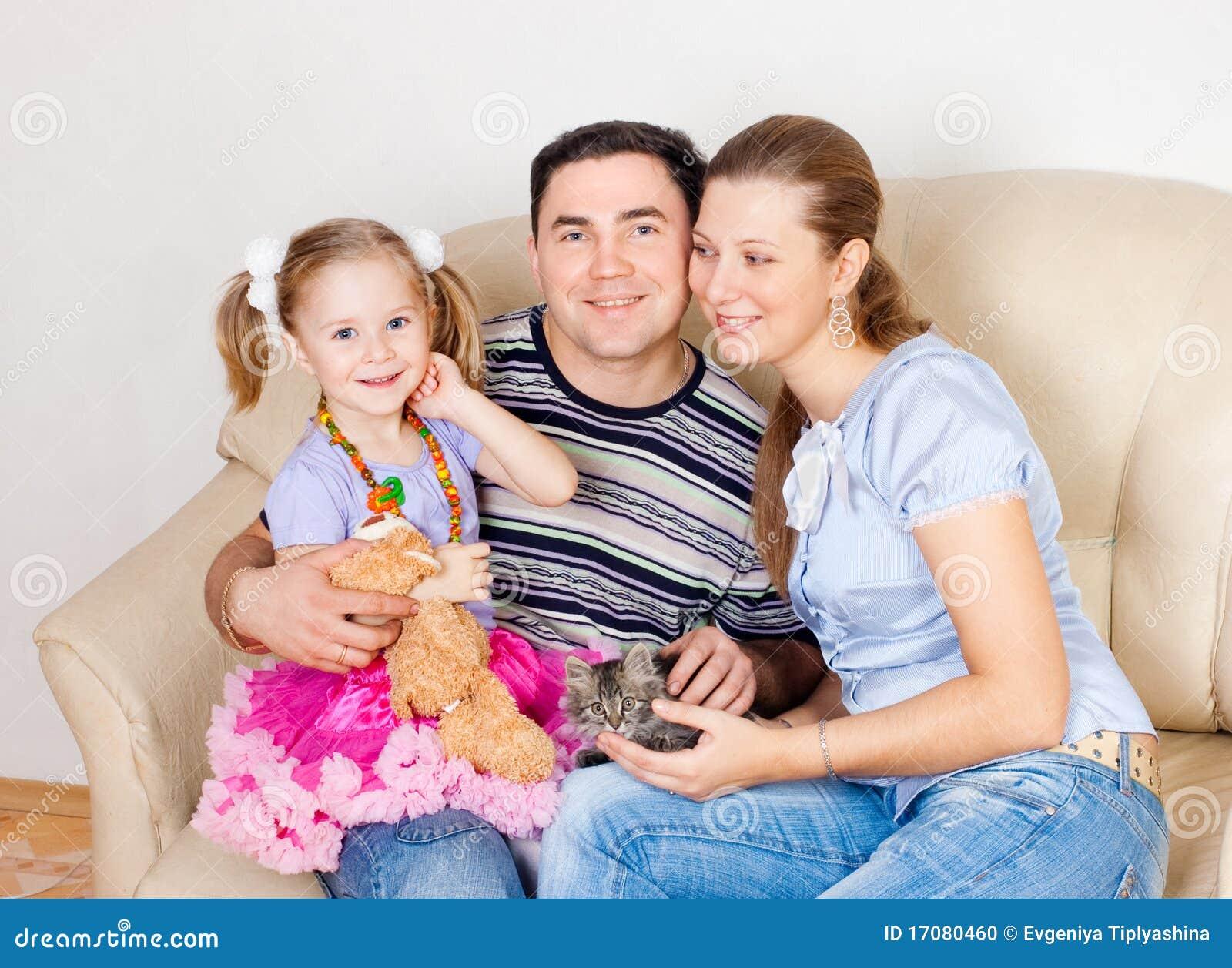 Familie auf einem Sofa