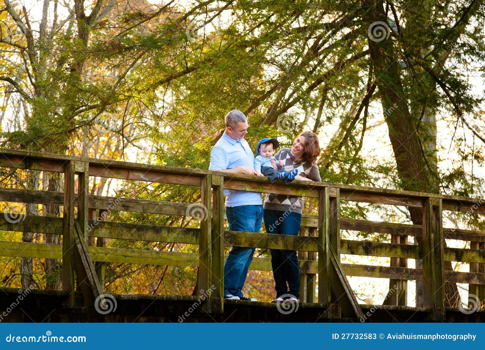 Familie auf einer Brücke