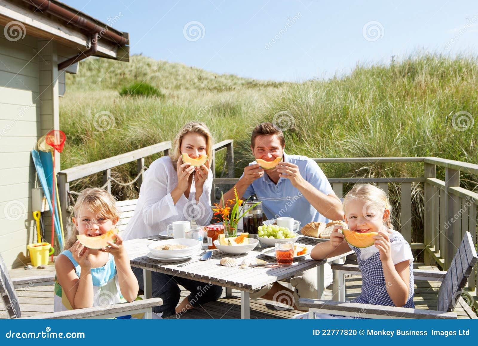 Familie auf Ferien draußen essend