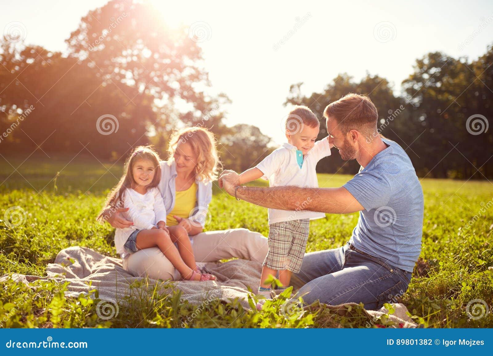 Familie auf Picknick im Park