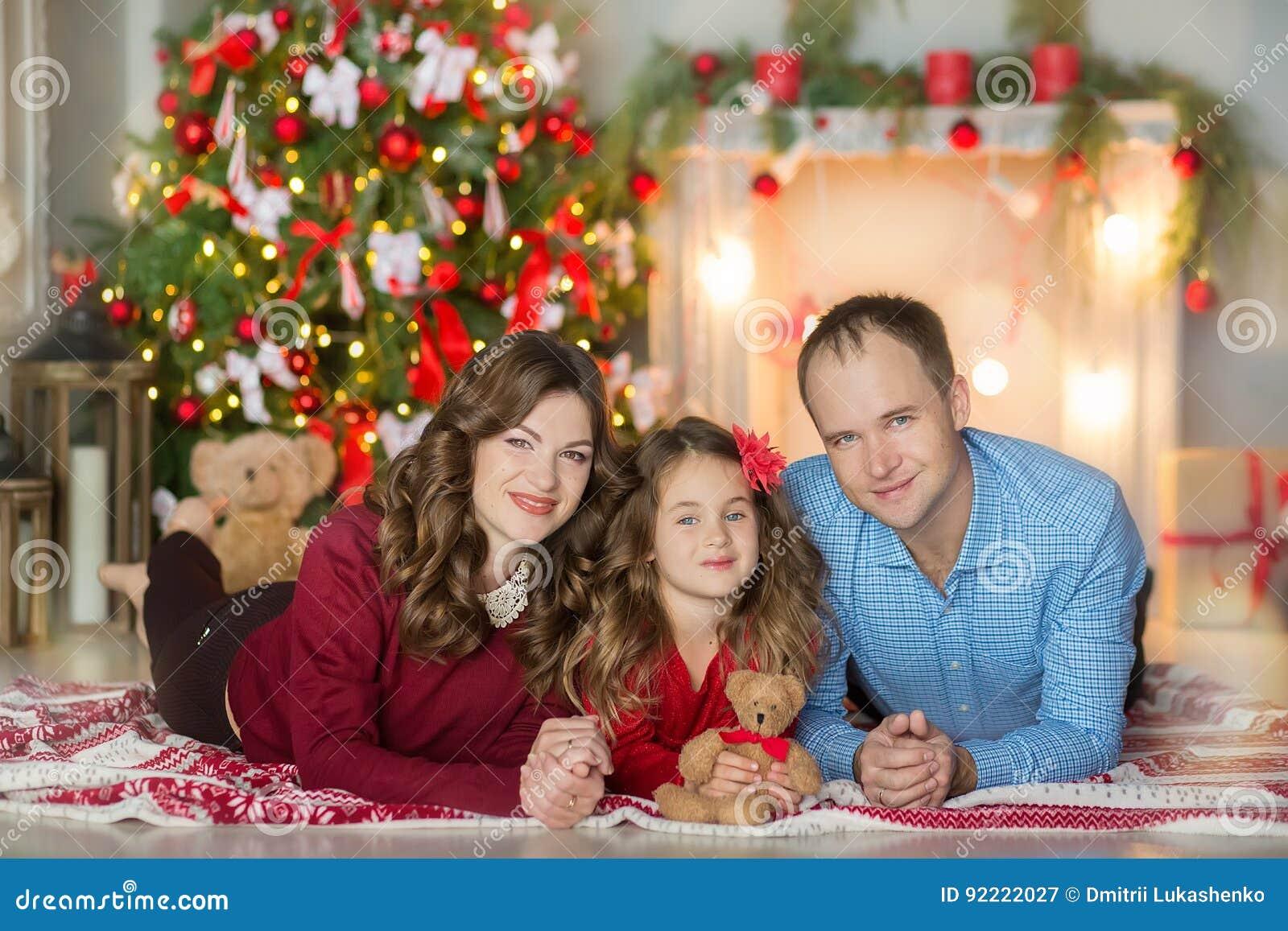 Familie Auf Weihnachtsabend Am Kamin Kinder, Die Weihnachtsgeschenke ...