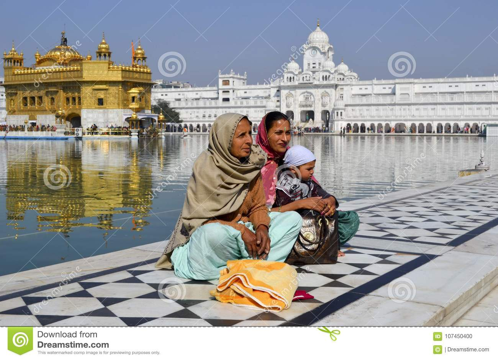 Familie bij de Gouden Tempel in India