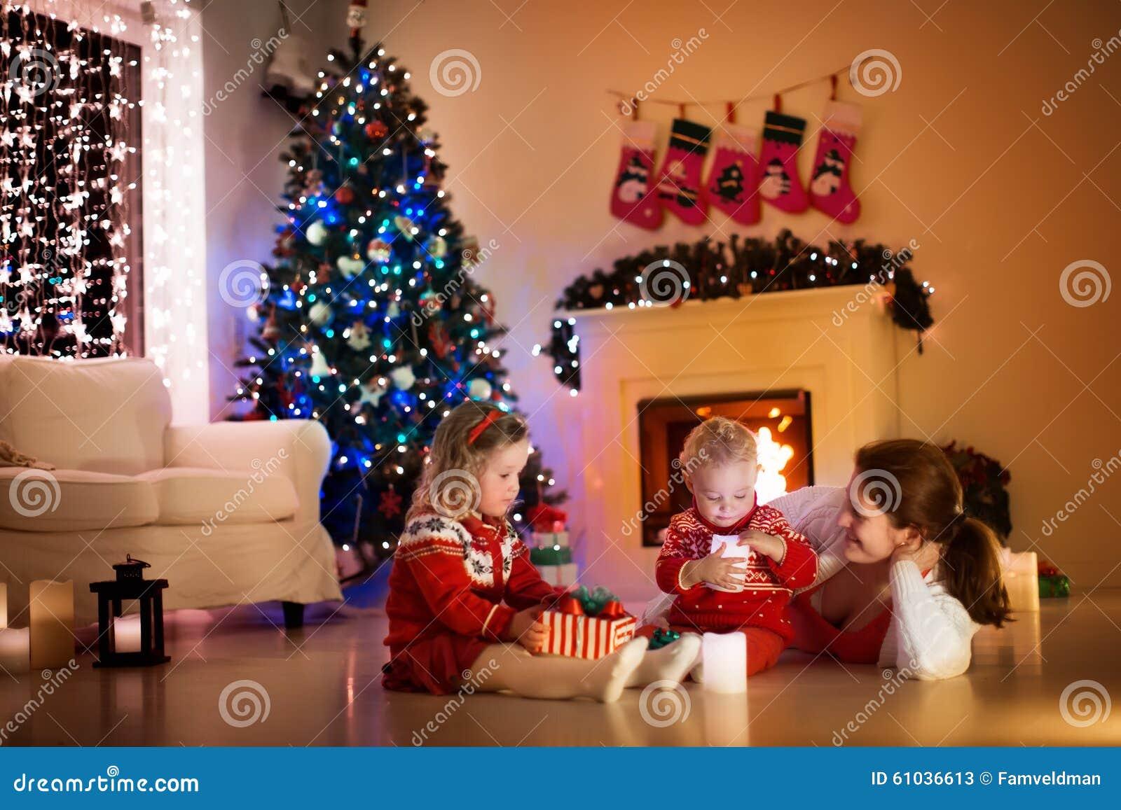 Familie bij open haard op Kerstmisvooravond