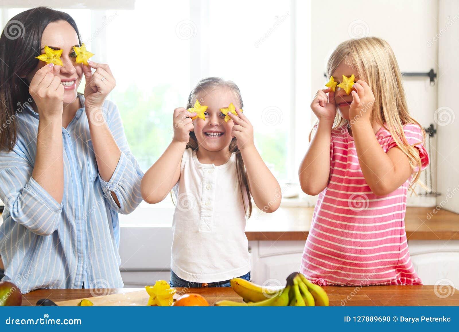 Familie in de keuken die een verse fruitsalade voorbereiden bij kitch