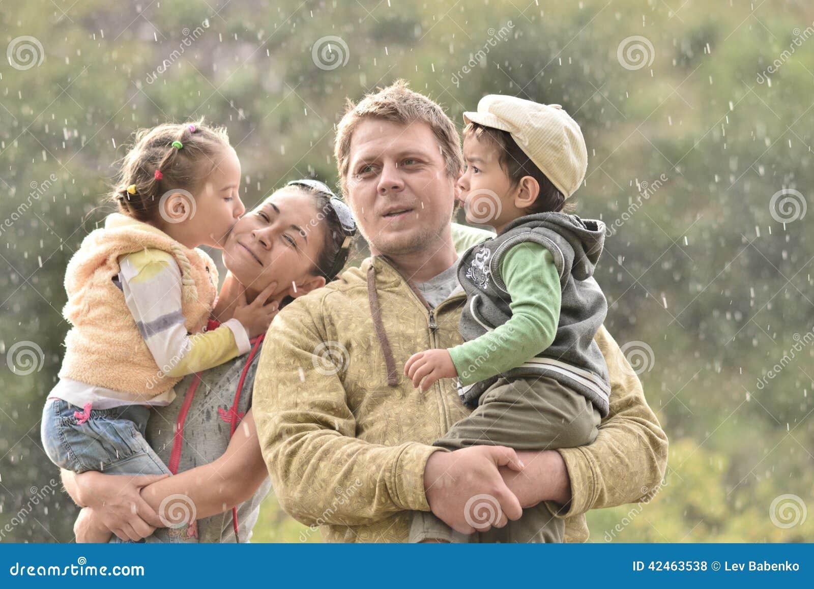 Familie in der Natur an einem regnerischen Tag mit Kindern