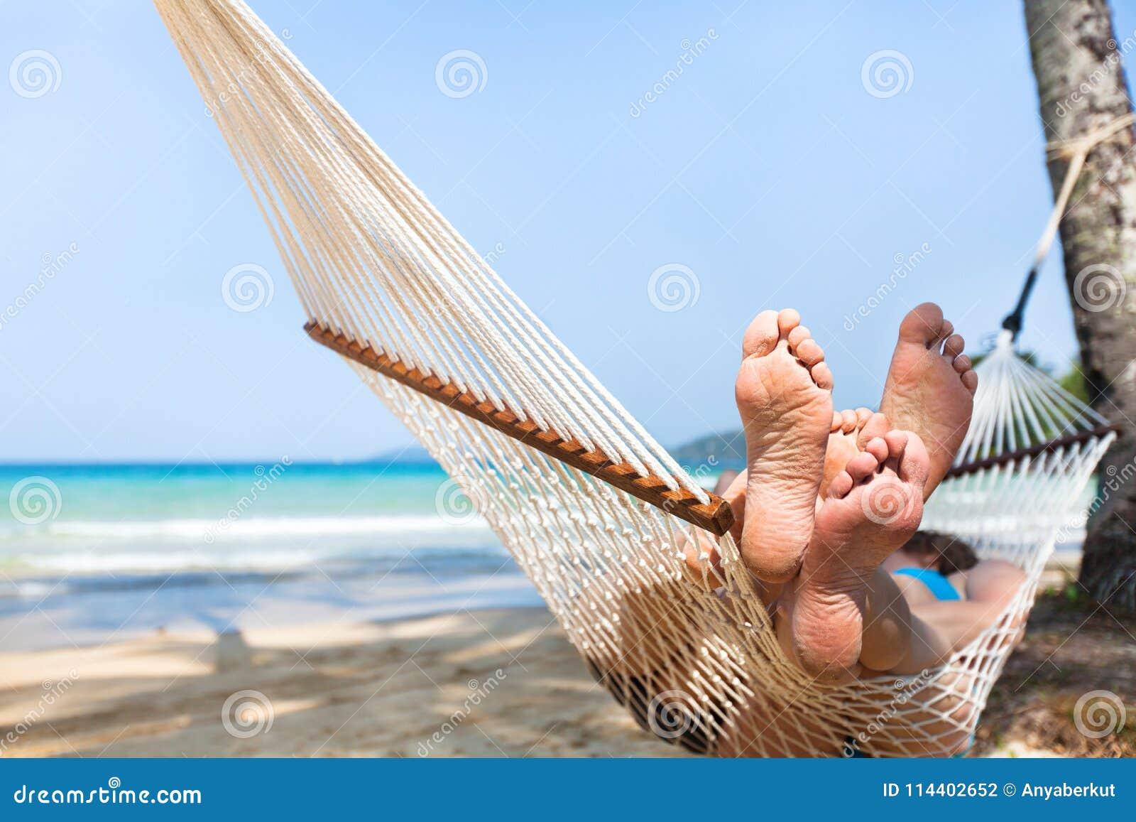 Familie des glücklichen Paars in der Hängematte auf tropischem Paradiesstrand, Inselfeiertage