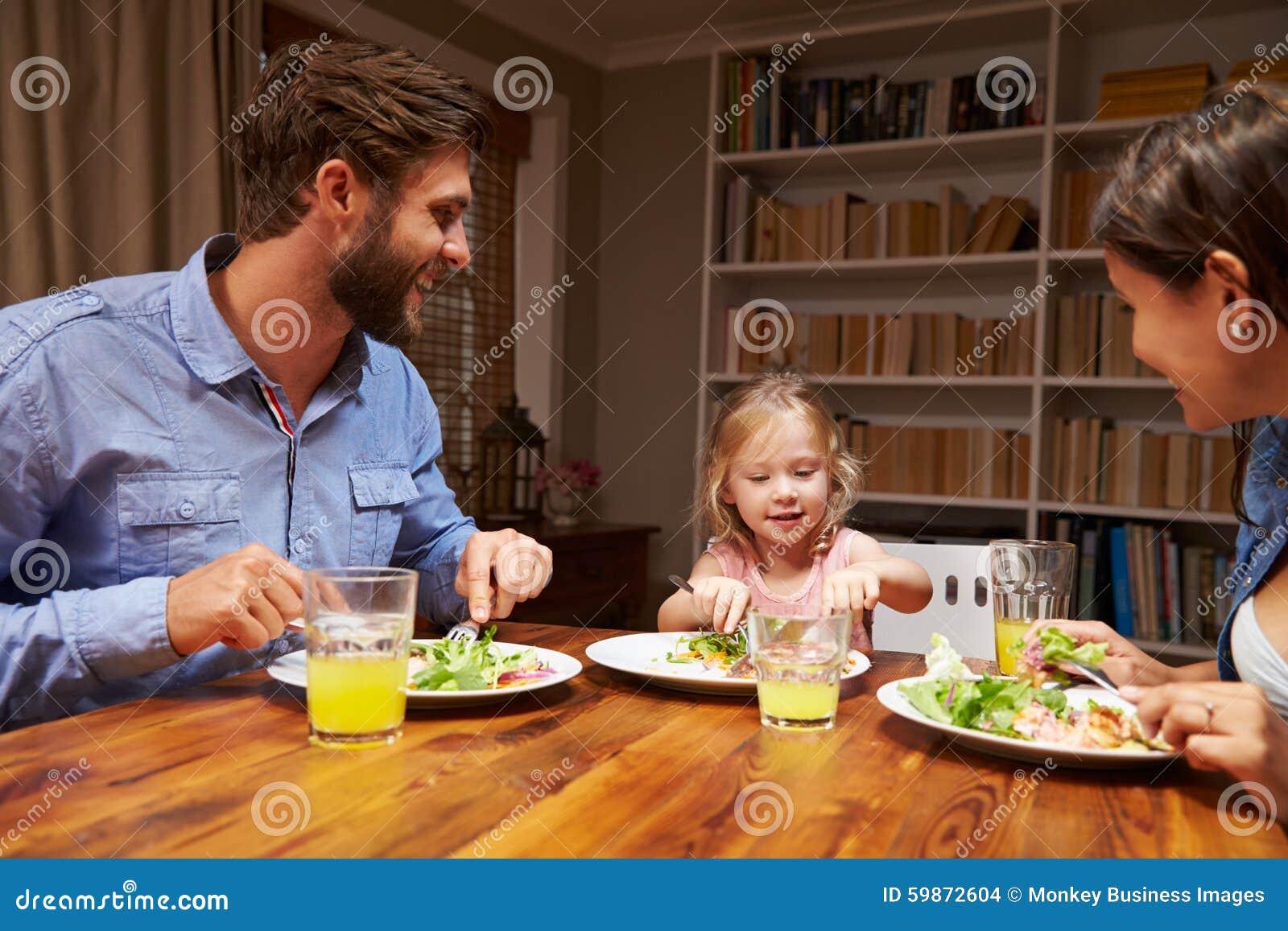 Asiatische Familie, Die Zu Abend Isst Und Chinesisches