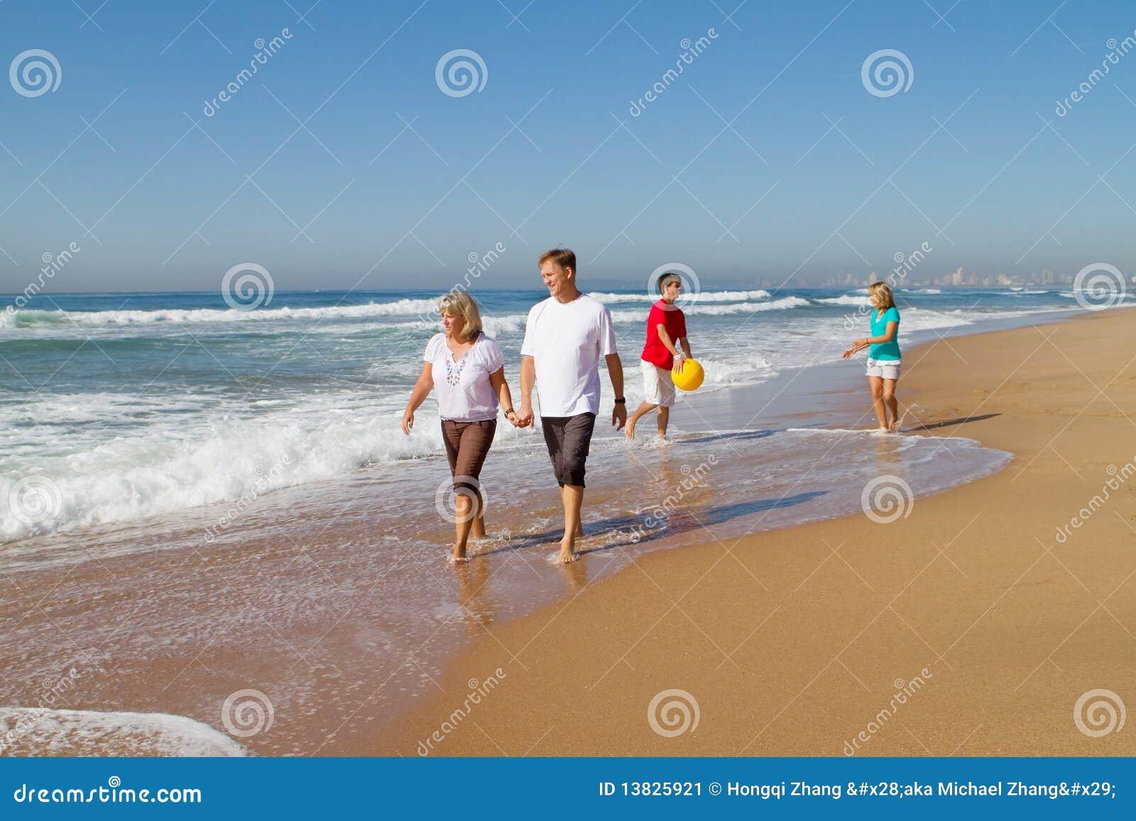 Familie, die auf Strand geht