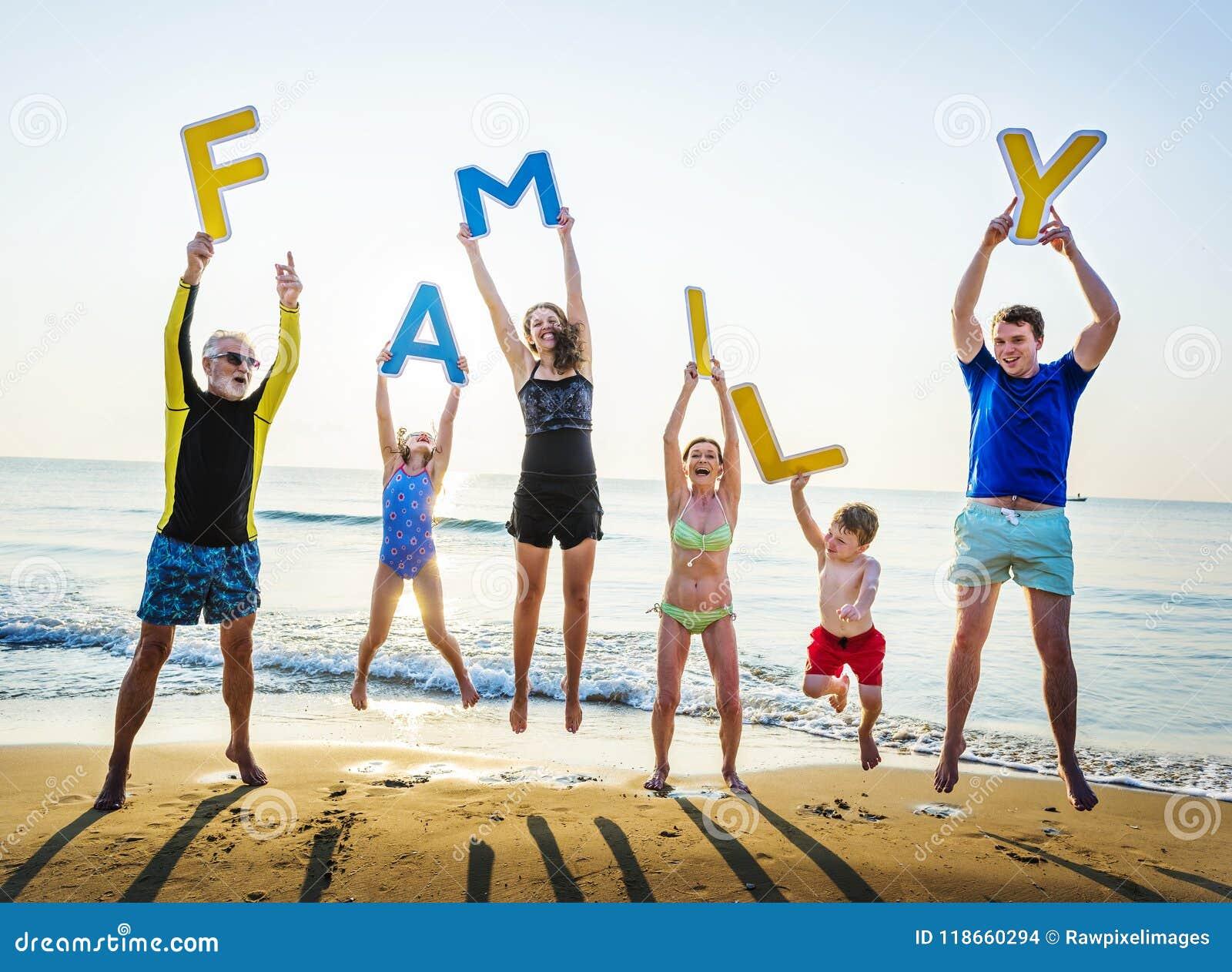 Familie die brieven steunen bij het strand