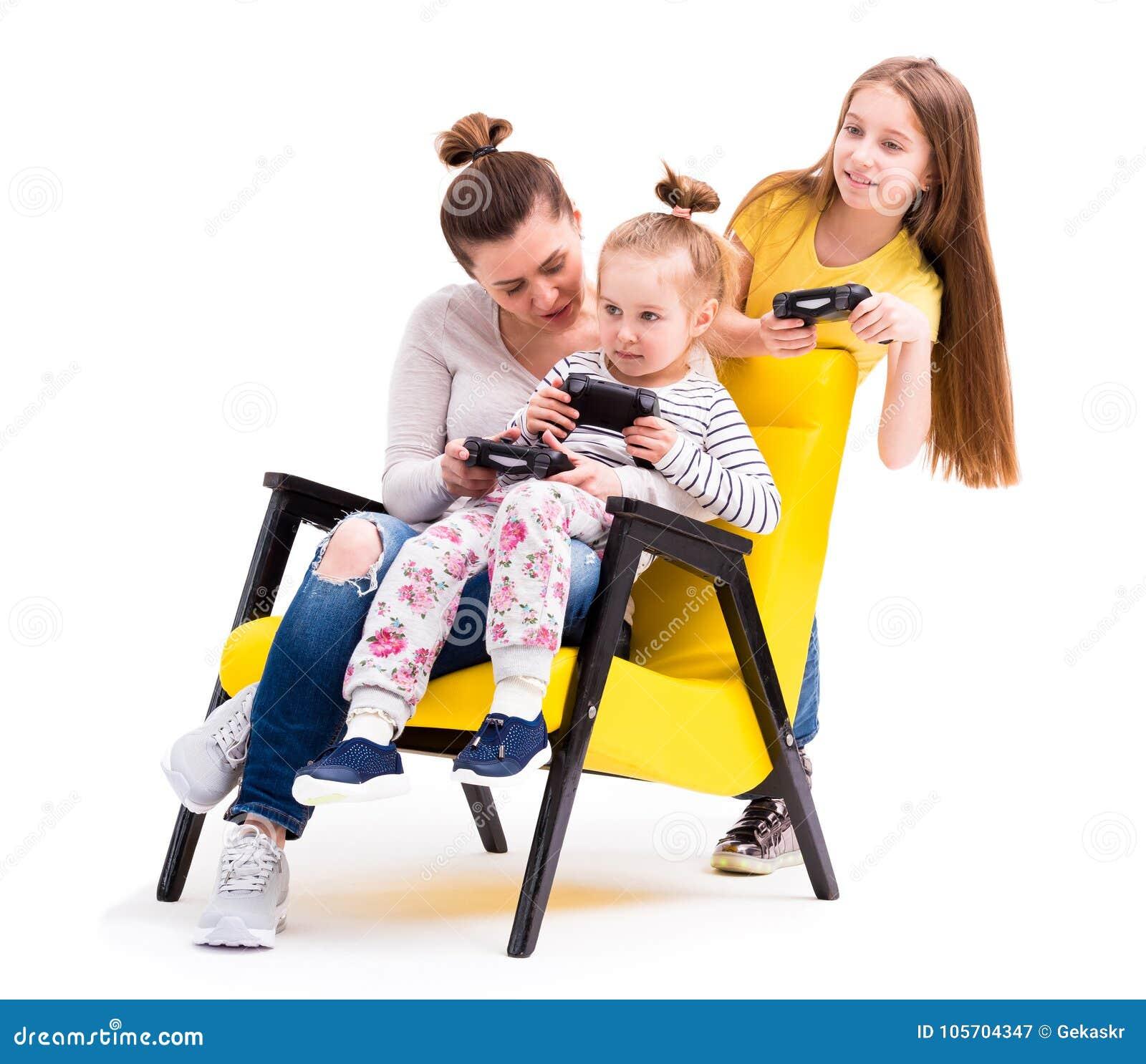 Familie, die Computerspiele mit Steuerknüppel spielt