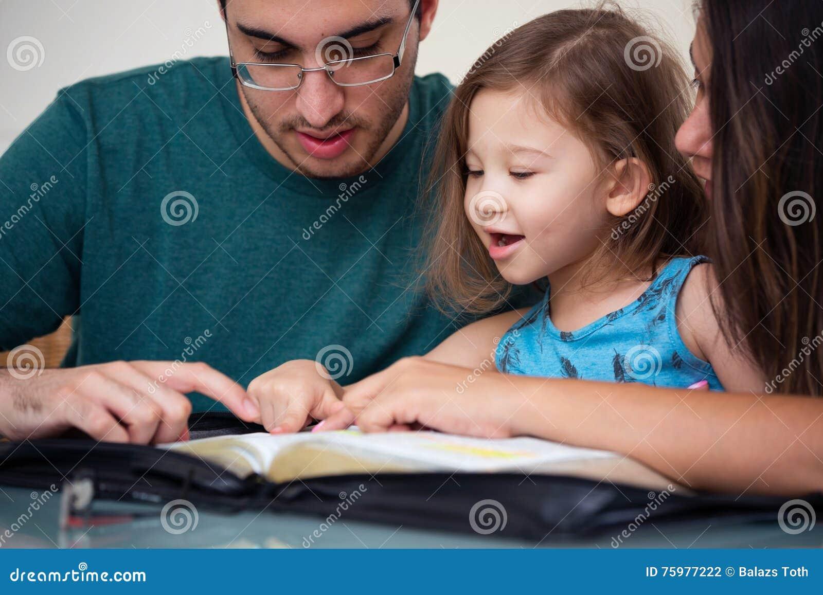 Familie die de Bijbel samen lezen