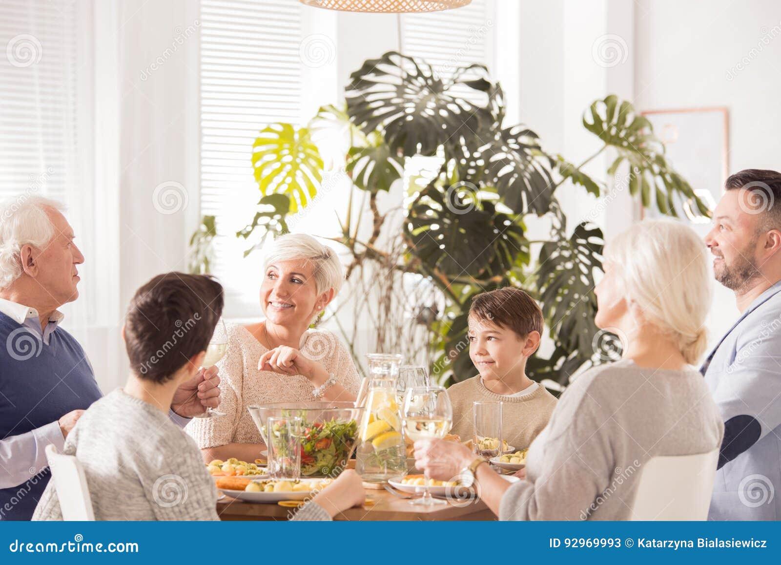 Familie die diner eet