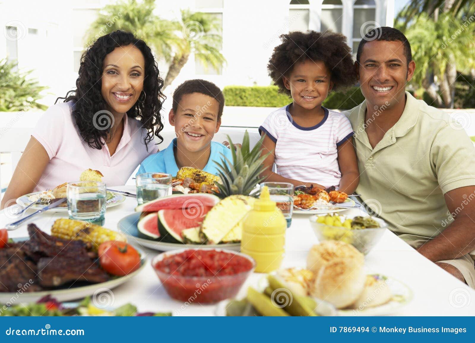 Familie die een Al Maaltijd van de Fresko eet
