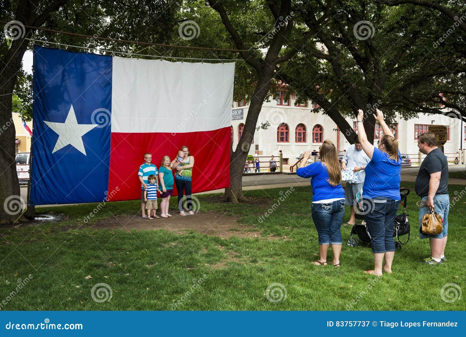 Familie die een foto voor Texas Flag in de Veekralen van Fort Worth, nemen vooruit met een waarde van, Texas