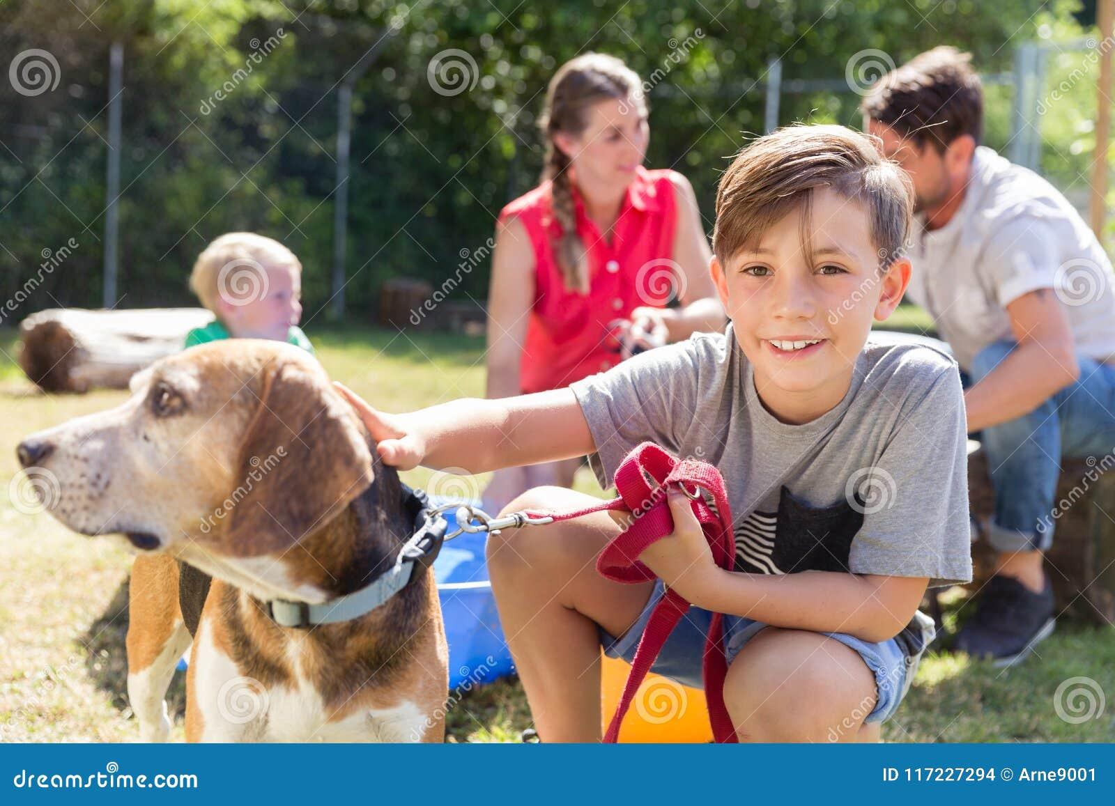 Familie, die einen Hund vom Tierheim mit nach Hause nimmt