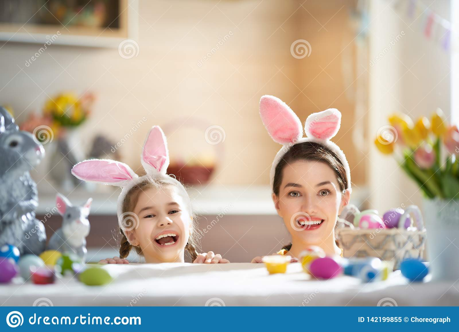 Familie, die für Ostern sich vorbereitet