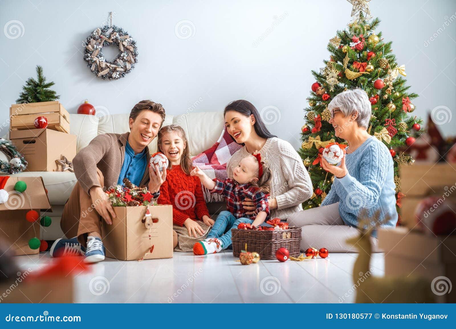 Familie, die für Weihnachten sich vorbereitet