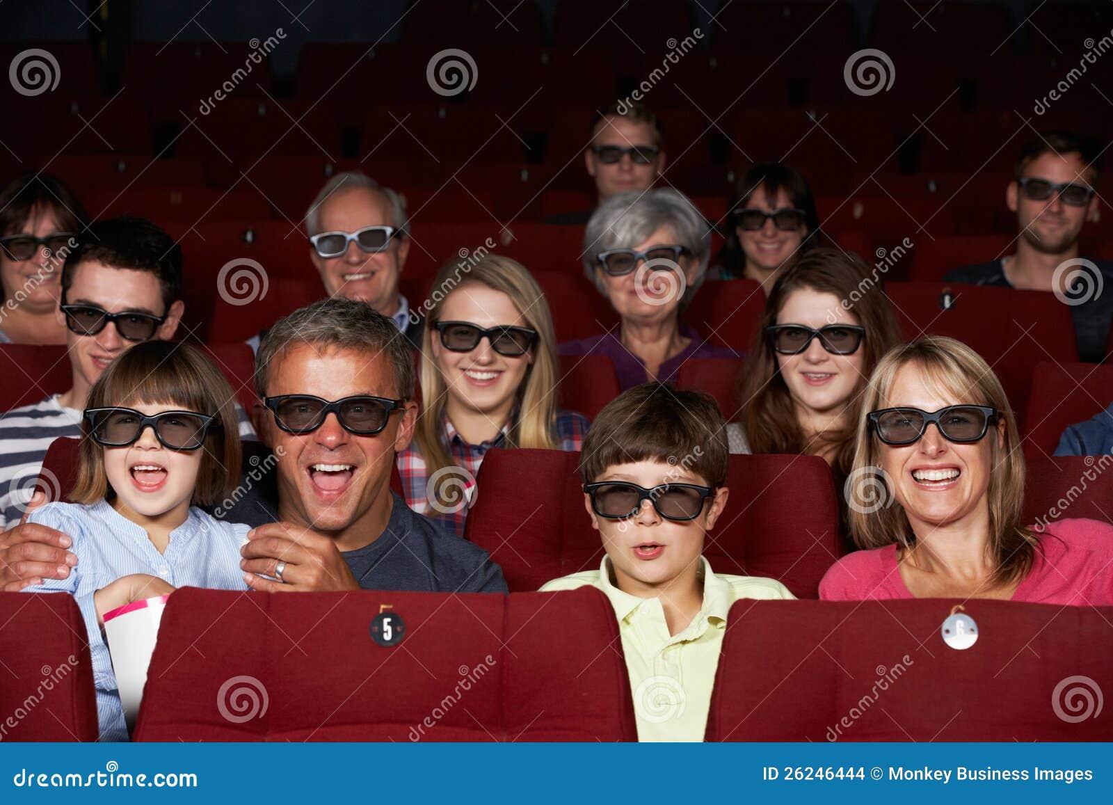 Familie, die Film 3D im Kino überwacht