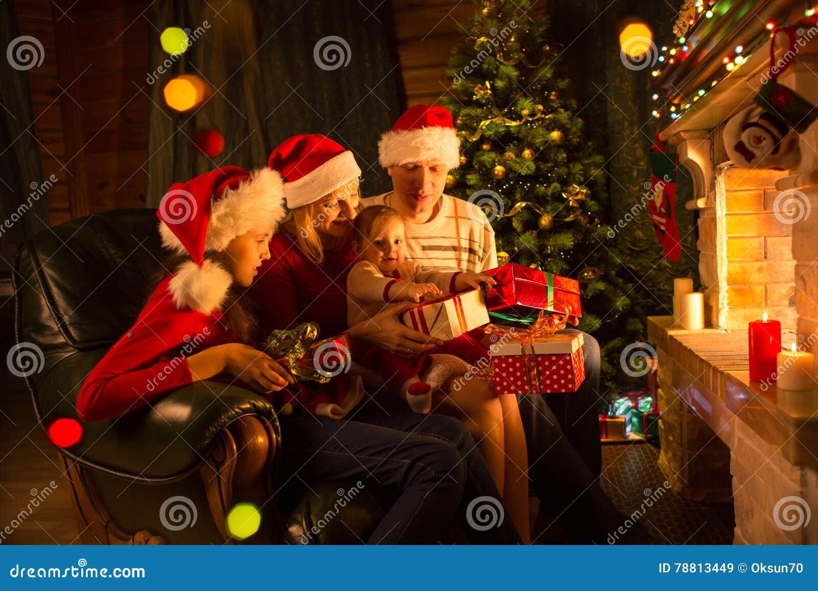 Familie, Die Geschenke Vor Kamin Am Weihnachtsbaum Austauscht ...