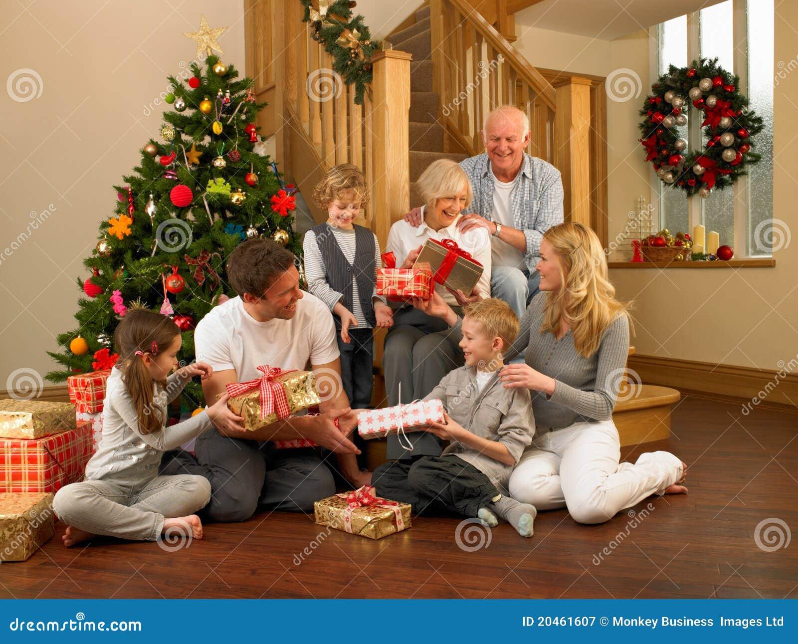 Familie, Die Geschenke Vor Weihnachtsbaum Austauscht Stockbild ...